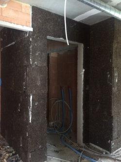 Plaatsen kurk geluidisolatie tussen appartement en traphal